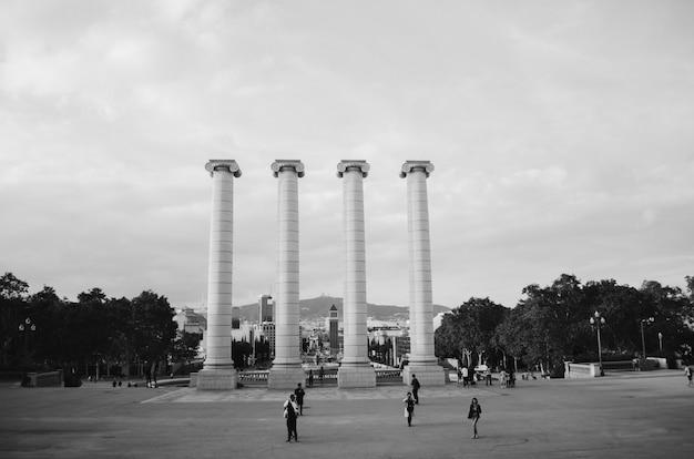 Colpo in bianco e nero delle colonne architettoniche nel parco