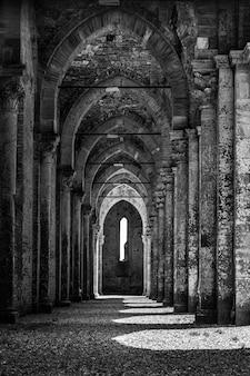 Colpo in scala di grigi dell'abbazia di san galgano in toscana, italia