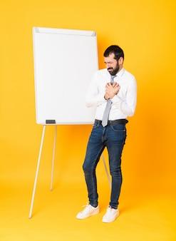 Colpo integrale dell'uomo d'affari che dà una presentazione sul bordo bianco