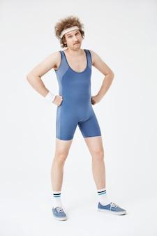 Colpo integrale dell'uomo sportivo in abbigliamento retrò