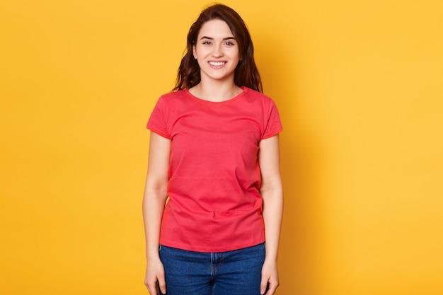 Colpo isolato della ragazza abbastanza adulta del brunette con l'ampio sorriso