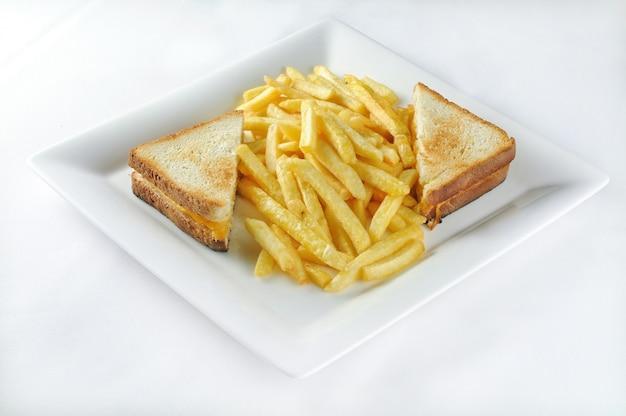 Colpo isolato di croque monsieur con patatine fritte - perfetto per un blog di cibo o l'utilizzo di menu