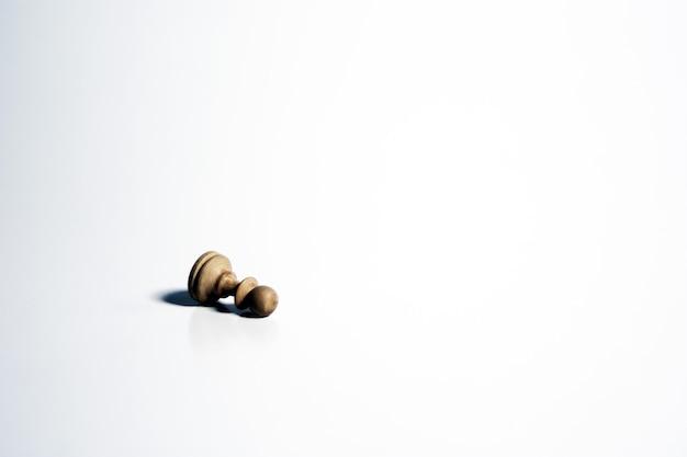 Colpo isolato di una pedina degli scacchi bianca su sfondo bianco