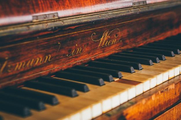 Colpo largo del primo piano della tastiera di piano marrone