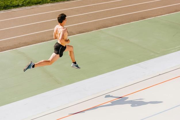 Colpo lungo dell'atleta di salto