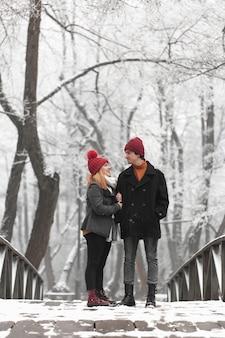 Colpo lungo della gente che sta su un ponte