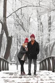 Colpo lungo delle coppie che stanno su un ponte