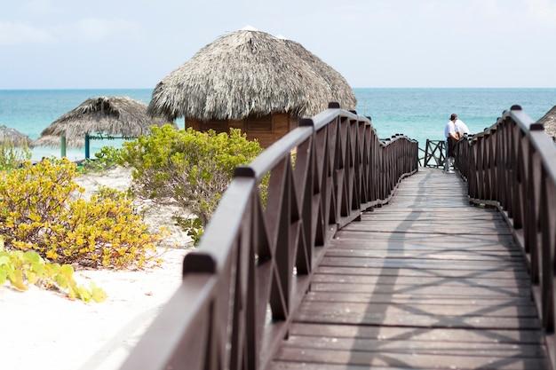 Colpo lungo di foodbridge di legno che conduce alla spiaggia