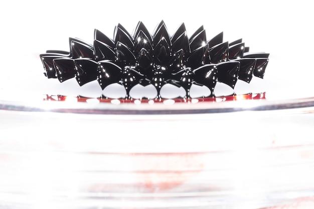 Colpo lungo di metallo liquido ferromagnetico con lo spazio della copia
