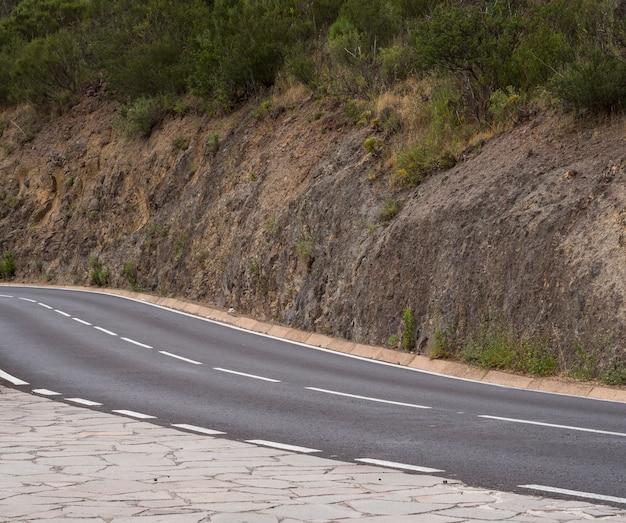 Colpo lungo di una strada vuota