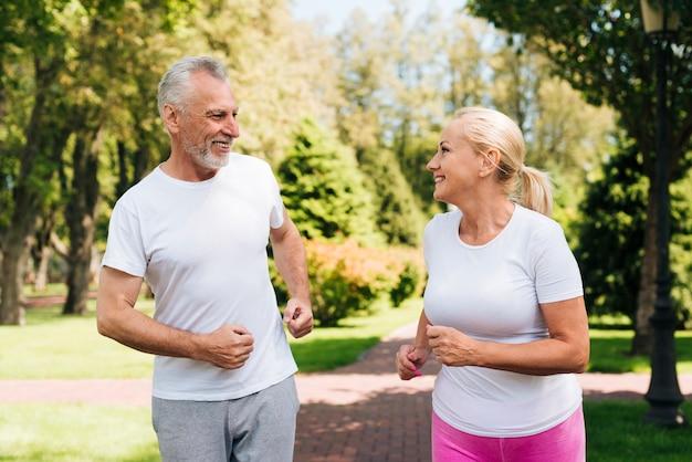 Colpo medio anziani che corrono insieme