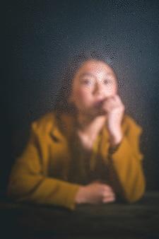 Colpo medio bella donna asiatica che esamina la macchina fotografica
