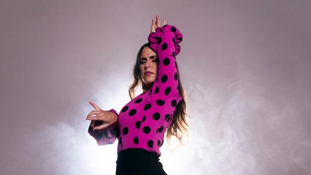 Colpo medio bella donna che balla flamenco