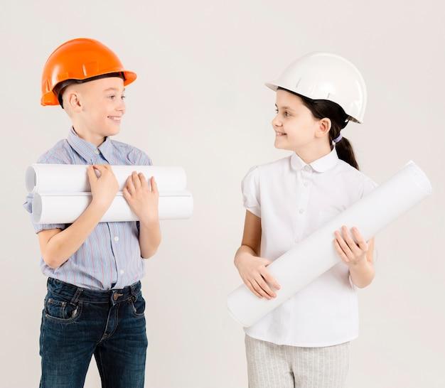 Colpo medio dei giovani ingegneri felici