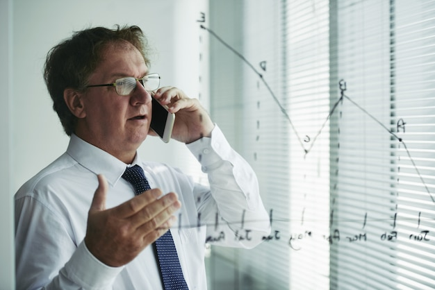 Colpo medio del cliente consulenza uomo intelligente al telefono