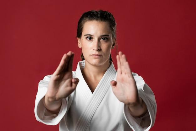 Colpo medio del combattente della donna che guarda l'obbiettivo