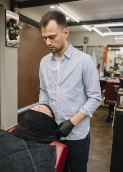 Colpo medio del concetto di barbiere