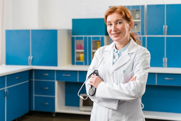 Colpo medio del medico della donna nel suo laboratorio