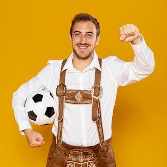 Colpo medio dell'uomo con la palla