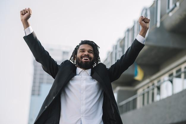 Colpo medio dell'uomo d'affari afroamericano felice