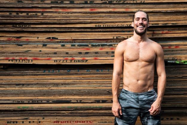 Colpo medio dell'uomo senza camicia con lo spazio della copia