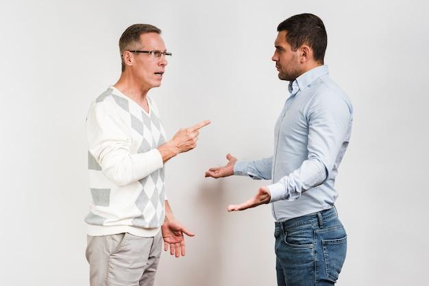 Colpo medio della discussione di padre e figlio
