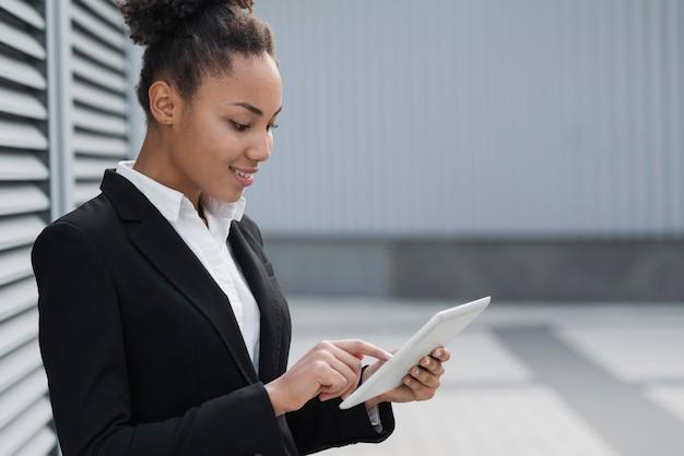 Colpo medio della donna afroamericana di affari