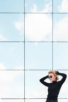 Colpo medio della donna alla moda