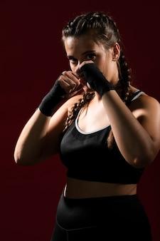 Colpo medio della donna atletica in vestiti di forma fisica