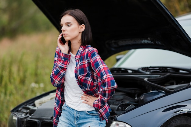 Colpo medio della donna che parla sul telefono