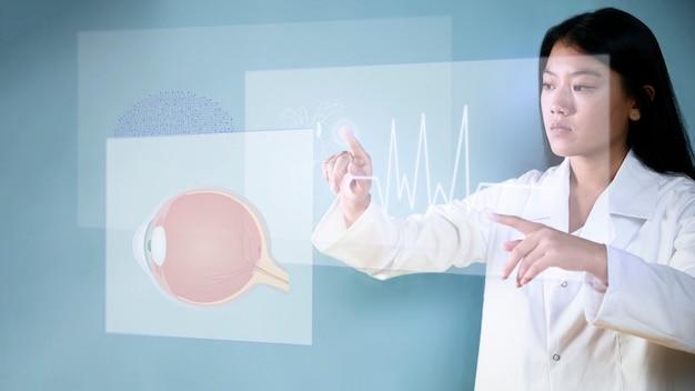 Colpo medio della donna che usando la sovrapposizione olografica