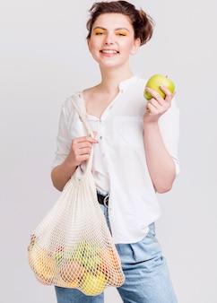 Colpo medio della donna con i frutti