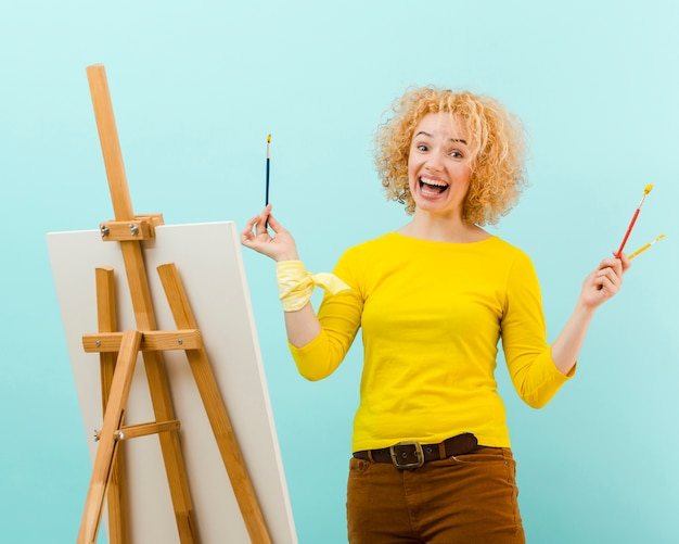 Colpo medio della pittura bionda della donna