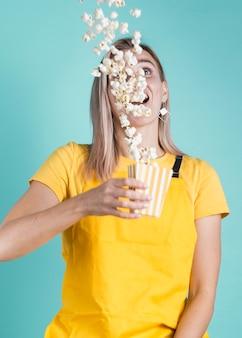 Colpo medio di modello del popcorn slittante