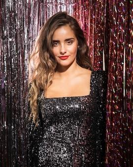 Colpo medio di vista frontale della ragazza in un bellissimo abito da festa