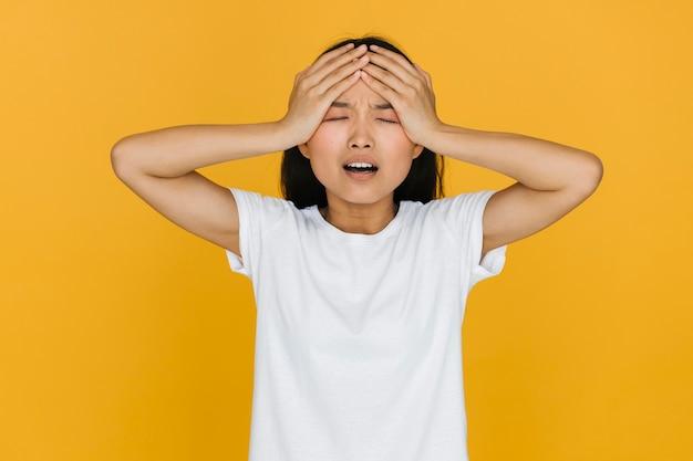 Colpo medio donna che ha un mal di testa