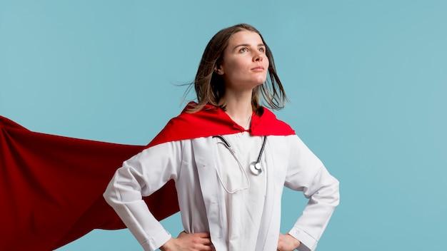 Colpo medio donna con camice da laboratorio