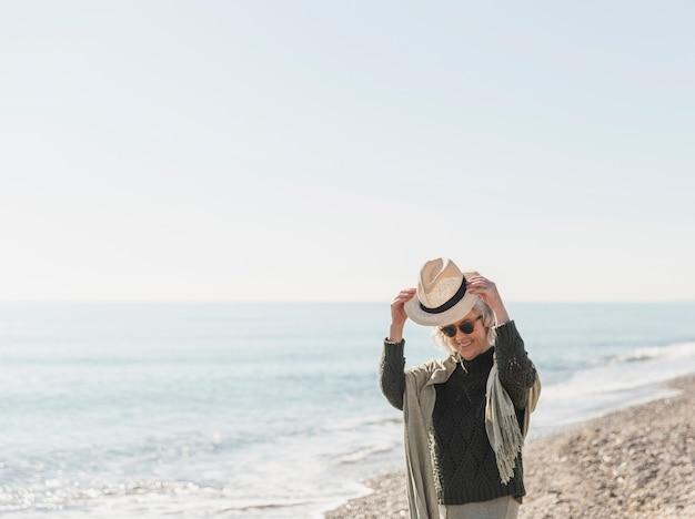 Colpo medio donna con cappello in natura