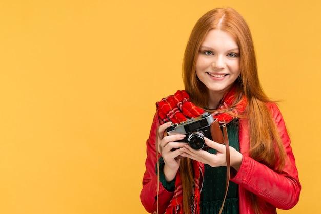 Colpo medio donna con macchina fotografica