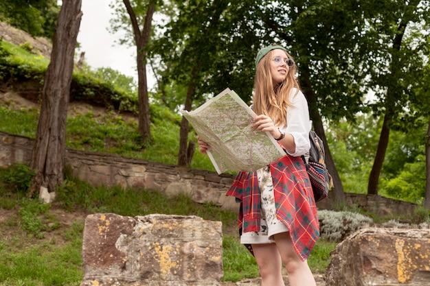 Colpo medio donna con mappa