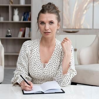 Colpo medio donna con notebook