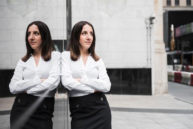 Colpo medio donna d'affari con le braccia incrociate