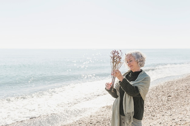 Colpo medio donna felice con fiori