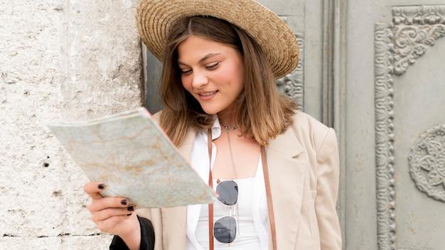 Colpo medio donna guardando la mappa