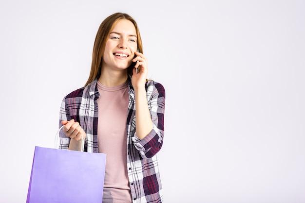 Colpo medio donna parla al telefono