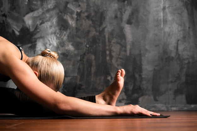 Colpo medio donna posa sul pavimento