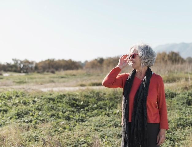 Colpo medio donna trascorrere del tempo in natura