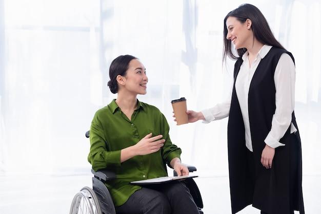 Colpo medio donne con caffè
