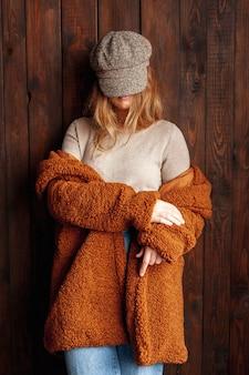Colpo medio giovane donna con abiti alla moda