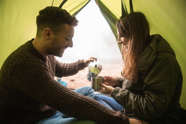 Colpo medio persone felici in tenda
